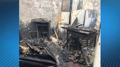 Mulher é presa por atear fogo no marido e incendiar casa em São José - Crime foi no Jardim Telespark.
