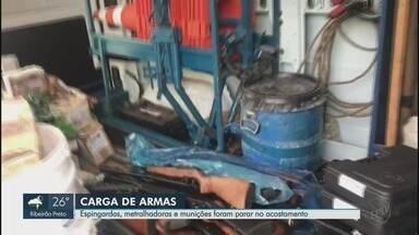 Armas são encontradas após caminhão tombar na Rodovia Brigadeiro Faria Lima, em Bebedouro - Motorista foi levado para prestar depoimento na delegacia.