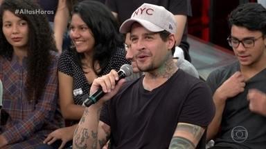 Rafinha diz que está solteiro e fala sobre a fama de 'emo' - Ele mostra sua última tatuagem
