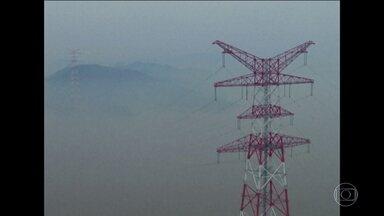 China começa a testar as torres de transmissão de energia mais altas do mundo - Elas tem 380 metros de altura e ligam duas ilhas no leste da China. Neste domingo (6), técnicos enfrentaram o vento, o nevoeiro e o frio para fazer os últimos testes na fiação. As torres fazem parte de um projeto piloto super moderno, que está ampliando o fornecimento de energia para as empresas exportadoras da região.