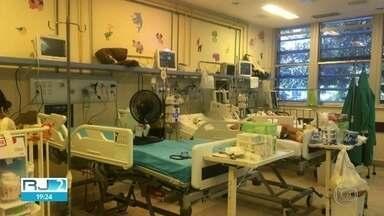 Pacientes do Hospital Miguel Couto abrem janelas dos quartos por causa do calor - O aparelho do ar condicionado não funcionava na Sala Amarela. O jeito que os pacientes encontraram foi abrir as janelas para diminuir a sensação de calor.