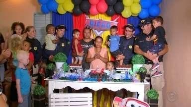 Policiais rodoviários de Rio Preto fazem festa de aniversário surpresa para menino - Policiais Rodoviários Federais fizeram a alegria de um menino de 5 anos que sempre sonhou com uma festa de aniversário temática da polícia. Viaturas saíram de Rio Preto (SP) e foram até Bady Bassitt (SP) para participar da festa.