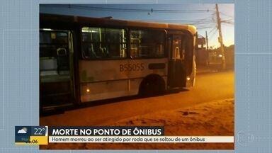 Homem morre ao ser atingido por roda que se soltou de ônibus em Inhaúma - A vítima estava no ponto de ônibus no momento do acidente. A roda se soltou e atingiu o homem na cabeça.