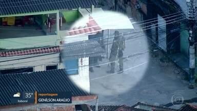 Homens armados andam livremente na comunidasde da Chacrinha, na Praça Seca - Moradora foi atingida por bala perdida num dos confrontos na região. PM diz que faz patrulhamento no bairro