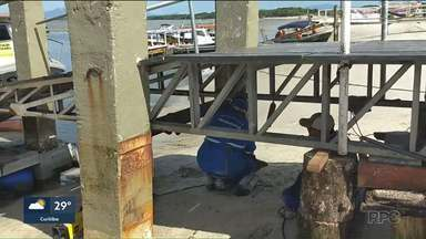 Trapiche da Ilha do Mel está sendo consertado - O trapiche havia desmoronado na semana passada.