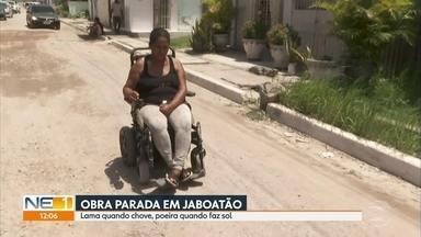 Moradores de Candeias, em Jaboatão, se queixam de obra parada de calçamento - Segundo quem vive no local, situação não muda há mais de dois anos.