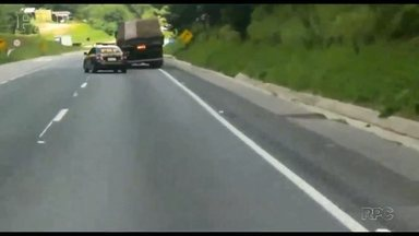 Caminhão fecha viatura da PRF na BR-116 - O motorista foi autuado por sete infrações de trânsito.