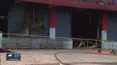 Bandidos explodem cofre de um supermercado em São Vicente - Crime aconteceu em uma das principais avenidas do bairro Tancredo Neves. O prédio do supermercado pegou fogo.