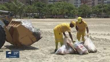 Lixo acumulado na praia chama atenção de banhistas em Santos - A Prefeitura de Santos informou que coleta é feita diariamente e há orientação sobre descarte de lixo para banhistas e ambulantes.