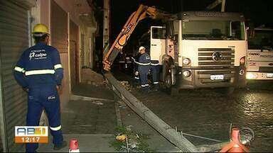 Caminhão-baú arrasta fios elétricos e postes em avenida de Caruaru - Dois postes ficaram caídos e outros dois apresentaram rachaduras.