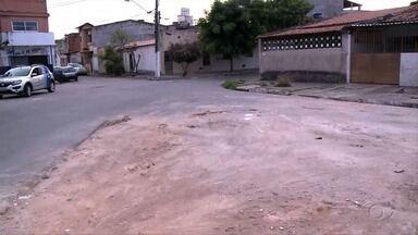 Lixo amontoado na Avenida Cid Scala, em Maceió, é retirado - Material estava acumulado em um canal, ao lado do Riacho do Sapo.