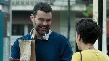 Rafael ajuda Solange na rua - Ele não percebe que a mulher está interessada e se oferece para acompanhar Solange até em casa