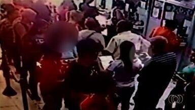 Homem aponta arma para mulheres em fila de lotérica em Goiânia; veja vídeo - Vítima contou que recebia documentos de uma amiga para fazer pagamentos quando o viu com a arma na mão.