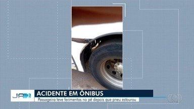 Passageira se machuca em ônibus do transporte coletivo de Goiânia - Pneu do veículo estourou e mulher ficou com ferimentos no pé.