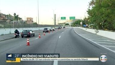 Parte de viaduto da BR-101 em Niterói é interditado por causa de incêndio - Duas faixas do viaduto na Avenida do Contorno estão interditadas. Pontos de bloqueios foram montados na rodovia para evitar que caminhões passem pelo viaduto.