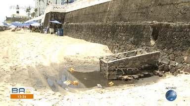 Flagrante: rede de esgosto deágua diretamente na praia do Farol da Barra - Os banhistas que frequentam o local tiveram que se afastar por conta do mau cheiro e da sujeira.