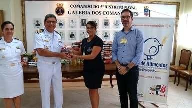 Alimentos arrecadados no 5º Distrito Naval são entregues em Rio Grande - Pela primeira vez, a Marinha do Brasil participou como parceira na campanha Natal do Bem, da RBS TV com o Banco de Alimentos.