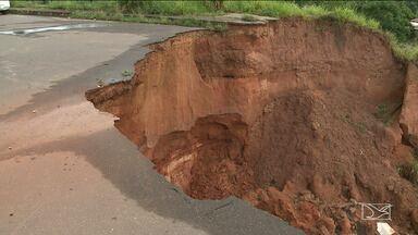 Erosão em residencial na zona rural de São Luís preocupa moradores - Erosão criou um abismo que está a poucos metros das casas do Residencial Ribeira e o problema aumenta a cada chuva.