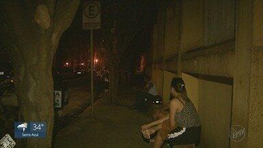 Copa das árvores bloqueia iluminação na Rua Bernardino de Campos, em Ribeirão Preto (SP) - Mesmo com postes funcionando, trecho da rua fica escuro.