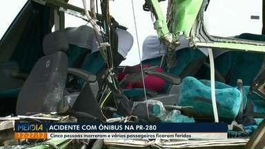 Batida entre ônibus e caminhão deixa cinco mortos e 15 feridos na PR-280 - O acidente foi entre os municípios de Clevelândia e Mariópolis, na madrugada desta sexta-feira (11).