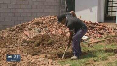 Veja como é a rotina de quem trabalha na construção civil durante o calor - Pedreiros contam o que fazem para driblar os dias quentes.