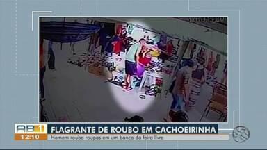 Camêras de segurança registram homem furtando roupas em feira livre de Cachoeirinha - Homem vai até o local, pega uma sacola, coloca as roupas no saco e sai andando.