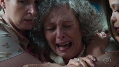 Margot sofre com a notícia de que seu filho está morto - Cris, Hugo e Dalva tentam consolá-la, mas sua dor a consome
