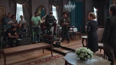 Alain grava várias cenas de seu filme 'Amor Infinito' - Os atores se empenham nas gravações da história de Julia Castelo. Cris sente um pouco dificuldade e se esforça para se concentrar em seus textos