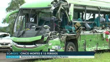 Motorista envolvido em acidente com cinco mortes é preso - Segundo a polícia, motorista do caminhão estava bêbado. Ele e mais 14 passageiros do ônibus ficaram feridos.