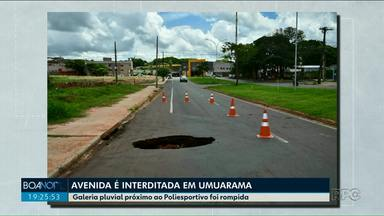Asfalto cede e interdita trânsito na avenida Parigot de Souza em Umuarama - Uma galeria pluvial foi rompida e um buraco se abriu na pista.