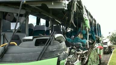 Motorista de caminhão que bateu em ônibus estava bêbado - Cinco pessoas morreram durante o acidente e 15 ficaram feridas.
