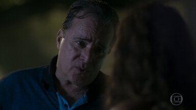 Olavo faz revelação e acaba de vez com planos de Lourdes Maria - Socorro procura Mirtes para pedir ajuda. Olavo percebe golpe e conta para Lourdes Maria que fez vasectomia