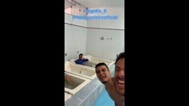 """Egídio e Fred zoam Fábio com """"piscininha"""" após treino do Cruzeiro - Lateral e atacante do Cruzeiro adaptam versão do meme e brincam com o goleiro"""