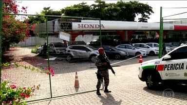 Governo do CE tenta aprovar na Assembleia Legislativa medidas contra a onda de violência - Onda de violência continua no Ceará. Homens jogaram uma bomba por cima do muro de uma concessionária numa das avenidas mais movimentadas de Fortaleza. Bandidos derrubaram torre de transmissão de energia na cidade.