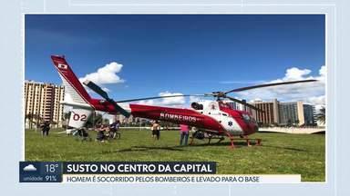 Homem sofre parada cardiorrespiratória no centro de Brasília - Ele estava próximo à Torre de TV e foi atendido pelos bombeiros. A equipe de salvamento fez 40 minutos de manobras até restabelecer os sinais vitais do paciente. Ele foi encaminhado ao Hospital de Base de helicóptero.