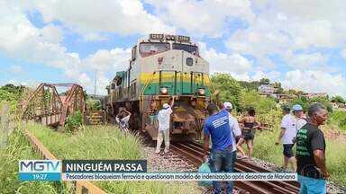 Grupo de pescadores fecha estrada de ferro que liga Vitória a Minas, em Baixo Guandu - Eles foram afetados pelo rompimento da barragem de Fundão, em Mariana.