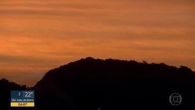 Veja a previsão do tempo para esta terça-feira (15) no Rio - Vai ser um dos dias mais quentes da semana. A temperatura máxima chega a 38ºC. Há possibilidade de chuva no final do dia.