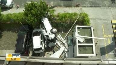 Carro cai de terceiro andar de edifício garagem e motorista fica ferido - Veículo de luxo ficou destruído e atingiu outro carro que estava estacionado. Motorista era o lavador de carro do empresarial.