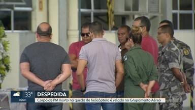 Corpo de PM morto na queda de helicóptero é velado no Grupamento Aéreo - Corpo do sargento Felipe Marques de Queiroz está sendo velado no Grupamento Aéreo. A Polícia Militar investiga o que provocou a tentativa de pouso forçado do helicóptero, mas já sabe que não há marcas de tiros no aparelho.