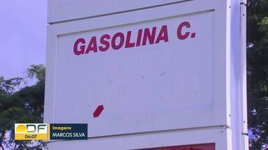 Postos ficam sem gasolina após demanda acima do normal - Segundo o Sindicombustíveis, após o rompimento do duto que abastece o DF, no interior de São Paulo, houve uma corrida aos postos. Por causa disso, as distribuidoras tiraram os descontos e os preços subiram.