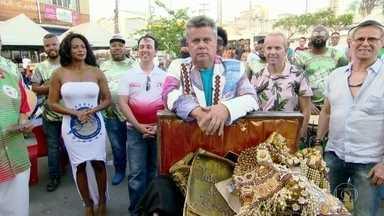 Milton Cunha mostra as relíquias dos sambistas de Duque de Caxias - Milton Cunha desembarca em Duque de Caxias e mostra relíquias que marcaram carnavais dos sambistas de Duque de Caxias.