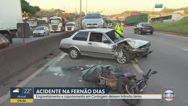 Carro capota sobre moto e deixa motociclista ferido na Rodovia Fernão Dias, em Contagem - O acidente foi registrado após um engavetamento mais cedo, um trecho antes.