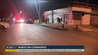 Assaltante morre em confronto com a PM depois de roubar carro em Curitiba - Foi no bairro Novo Mundo.