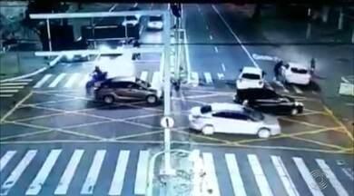 Câmeras de segurança mostram a ação de bandidos na avenida Epitácio Pessoa - Crime foi na noite da última quarta-feira e provocou um tumulto entre vários motoristas.