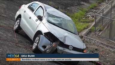 Roubo frustrado - Bandidos roubam carro e na fuga perdem o controle da direção e caem em escola.