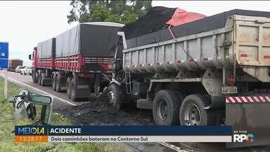 Acidente deixa trânsito lento - Dois caminhões bateram no Contorno Sul. Um dos motoristas ficou ferido.