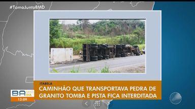 Caminhão que transportava pedra de granito tomba em Itabela, no sul do estado - Após o acidente, a pista ficou interditada.