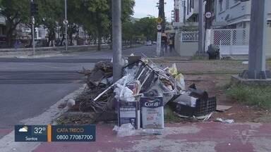 Grande quantidade de lixo é jogada na Avenida Francisco Glicério, em Santos - Pilha de resto de construção, latas de tintas e entulho é descartada de forma irregular próximo ao VLT.