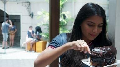 Pérola pega um enorme pedaço de bolo na cantina da escola - Sem que Rosália veja, Pérola exagera no lanche