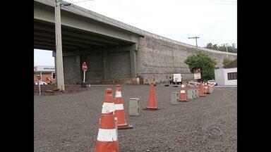 Bloqueio de trânsito embaixo de viaduto da RS-509 causa transtornos em Santa Maria - Assista ao vídeo.
